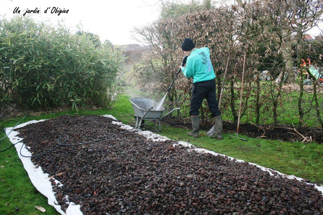 Nettoyage des pierres de lave, un jardin d' Obigies